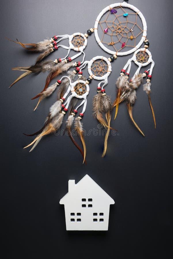 Den dröm- stopparen med fjädrar dragar och pryder med pärlor hängande spiri för rep fotografering för bildbyråer