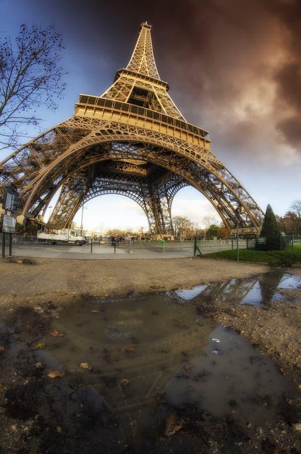 Den dramatiska skyen färgar ovanför Eiffel står hög i Paris arkivbild