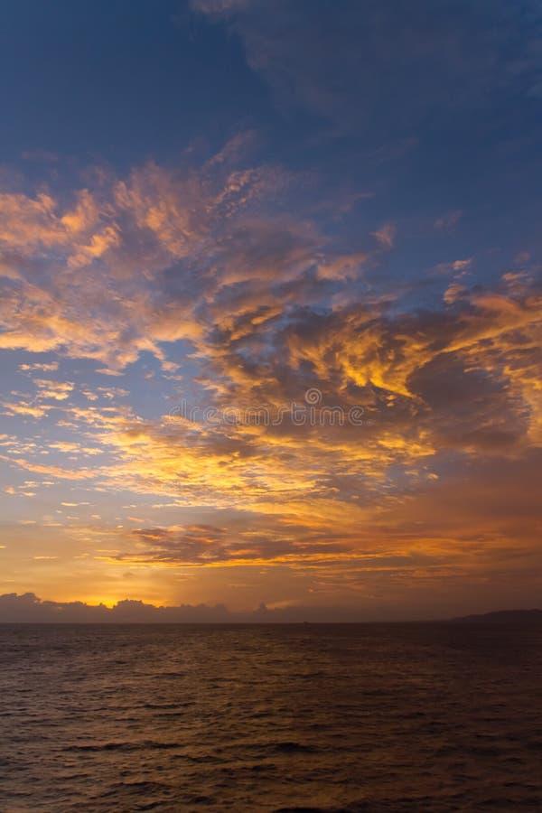 Den dramatiska solnedgången fördunklar över vattenlandskap royaltyfri fotografi