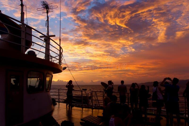Den dramatiska solnedgången fördunklar över vattenlandskap royaltyfri bild