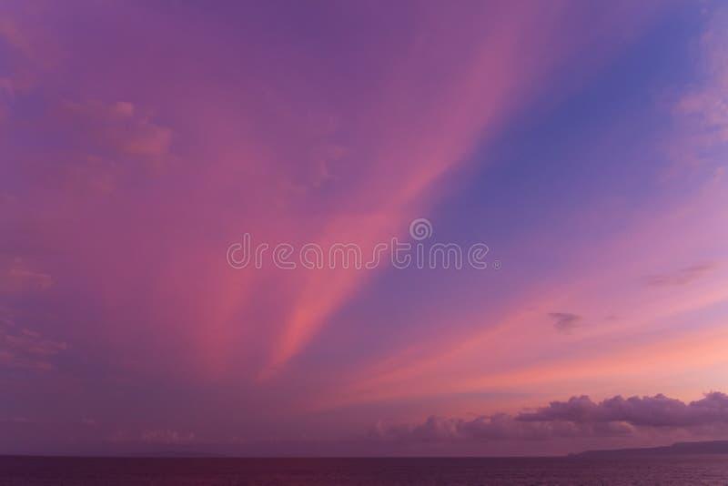Den dramatiska solnedgången fördunklar över vattenlandskap arkivbild
