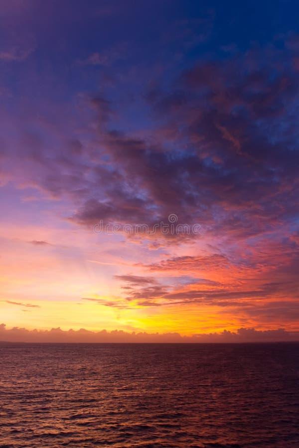 Den dramatiska solnedgången fördunklar över vattenlandskap royaltyfria foton
