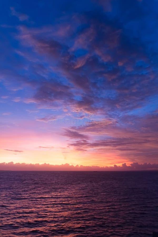 Den dramatiska solnedgången fördunklar över vattenlandskap royaltyfria bilder