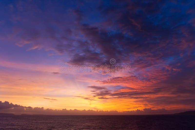 Den dramatiska solnedgången fördunklar över vattenlandskap fotografering för bildbyråer