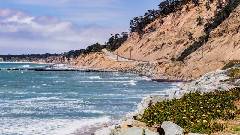 Den dramatiska Stilla havetkustlinjen nästan Santa Cruz, Kalifornien; den sceniska huvudvägen 1 och eroderade klippor som är synl fotografering för bildbyråer