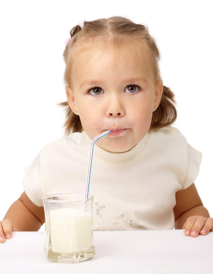 den dricka drinkflickan mjölkar little att använda för sugrör royaltyfri fotografi