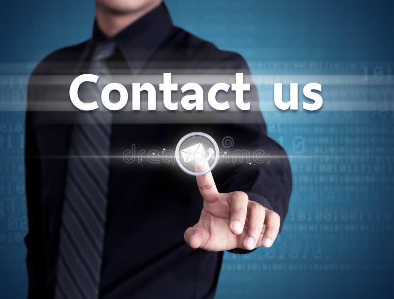 Den driftiga affärsmanhanden kontaktar oss knappen på en pekskärmmanöverenhet royaltyfri foto