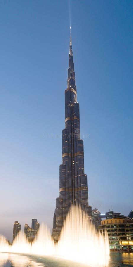 Den Dubai springbrunnskärmen framme av Burjen Khalifa, UAE royaltyfri fotografi