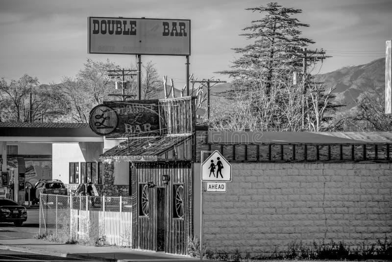 Den dubbla st?ngen i den historiska byn av ensamt s?rjer - ENSAMT S?RJA CA, USA - MARS 29, 2019 royaltyfria bilder