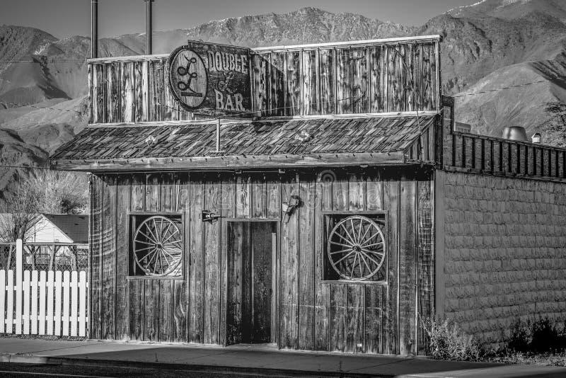 Den dubbla st?ngen i den historiska byn av ensamt s?rjer - ENSAMT S?RJA CA, USA - MARS 29, 2019 arkivbilder