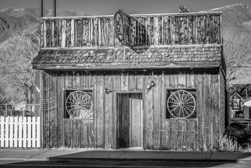 Den dubbla st?ngen i den historiska byn av ensamt s?rjer - ENSAMT S?RJA CA, USA - MARS 29, 2019 royaltyfri bild
