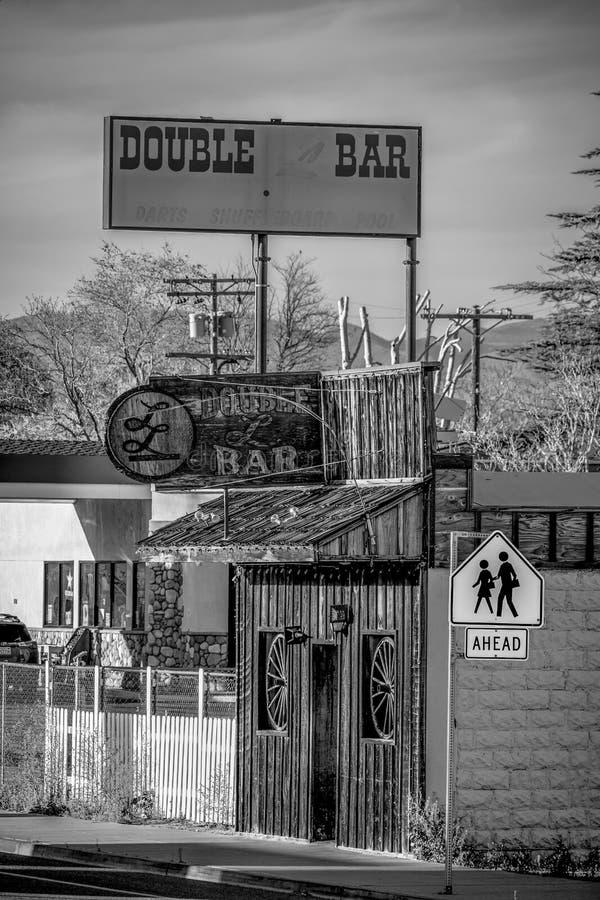 Den dubbla st?ngen i den historiska byn av ensamt s?rjer - ENSAMT S?RJA CA, USA - MARS 29, 2019 royaltyfria foton
