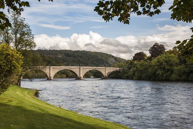 Den Dunkeld bron i Perthshire byggde vid Thomas Telford royaltyfri bild