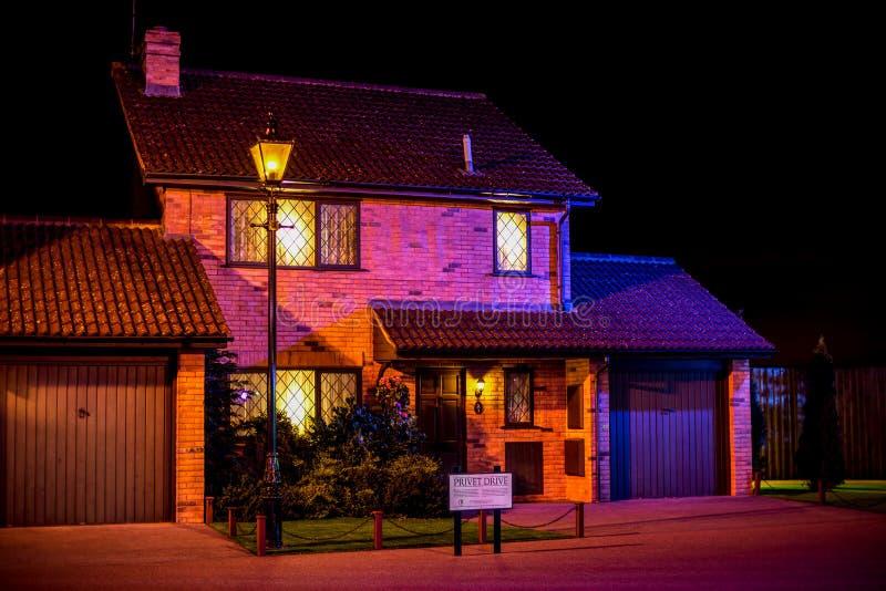 Den Dursley familjen och det Harry Potter huset i liguster kör på Warner Brothers Studio Tour arkivfoton
