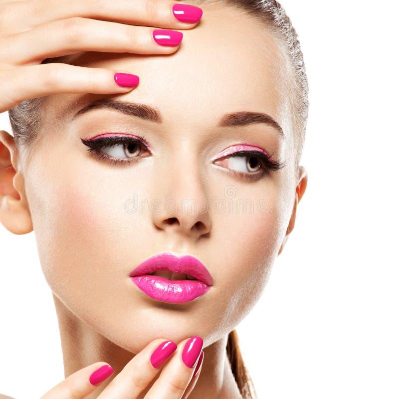 Den Eautiful kvinnaframsidan med rosa makeup av ögon och spikar royaltyfria foton