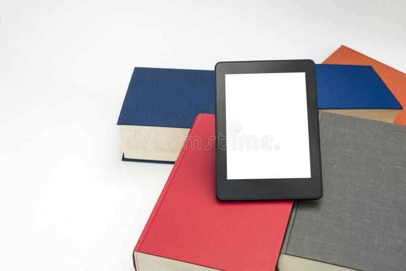 Den EBook apparaten med böcker i vit isolerade bakgrund royaltyfri foto