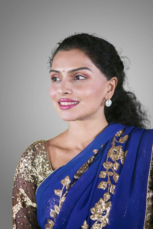 Den eftertänksamma indiska kvinnan bär sareekläder fotografering för bildbyråer