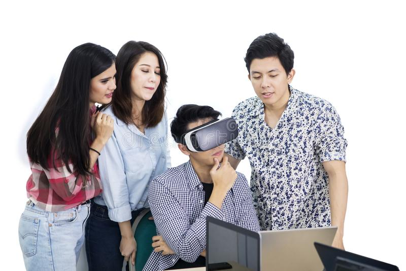 Den eftertänksamma mannen använder skyddsglasögon för en VR med hans partners arkivbilder