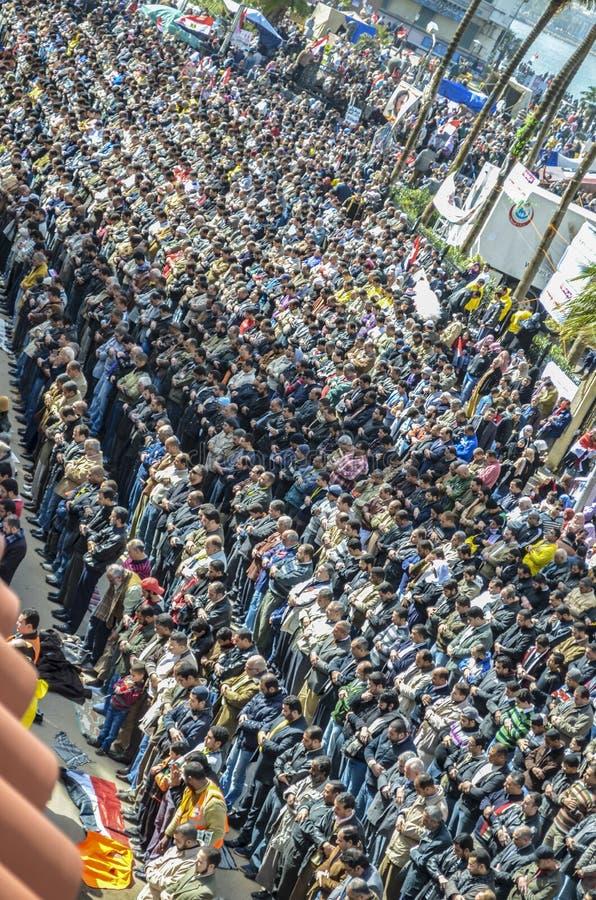 Den egyptiska revolutionen, demonstrationer bad fredagsböner framme av Ibrahim Mosque i Alexandria arkivfoton