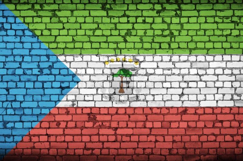 Den Ekvatorialguinea flaggan målas på en gammal tegelstenvägg royaltyfri bild