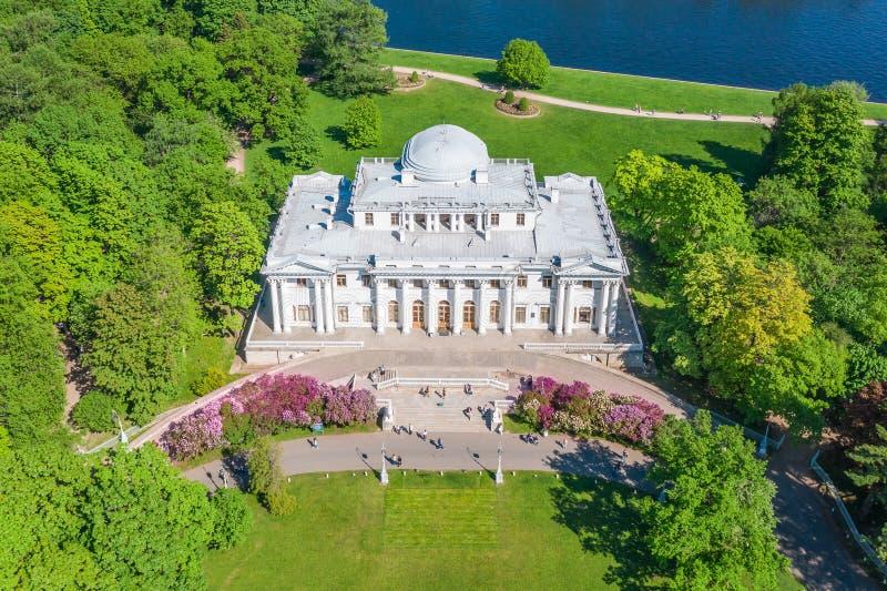 Den Elagin slotten som blommar lilan i, parkerar på den Elagin ön i St Petersburg, flyg- sikt royaltyfria foton