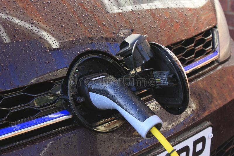 Den Elecrto bilen laddar vid kabel royaltyfri foto