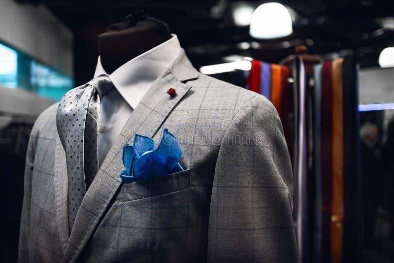 Den Elegand mannens följe på en skyltdocka i en italiensk klänning shoppar royaltyfri fotografi