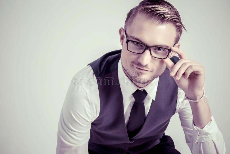 Den eleganta affärsmannen med exponeringsglas reflekterar koncentrerat fotografering för bildbyråer