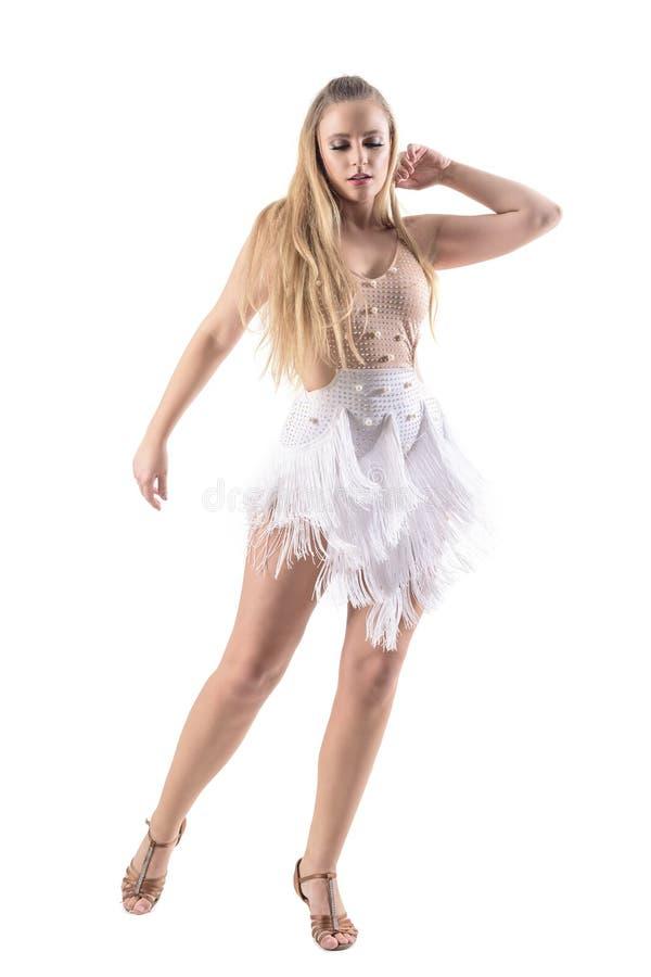 Den eleganta behagfulla kvinnliga kvinnadanslatinoen dansar i klänningen som ner ser arkivbilder
