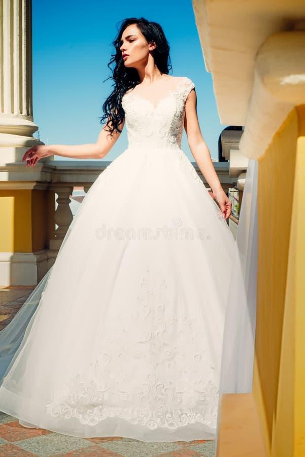 Den eleganta bröllopsalongen väntar på bruden Härliga bröllopsklänningar i boutique Lycklig brud, innan att gifta sig underbart royaltyfri bild