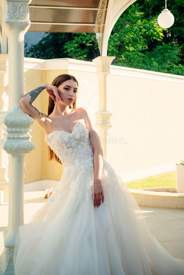 Den eleganta bröllopsalongen väntar på bruden Härliga bröllopsklänningar i boutique Lycklig brud, innan att gifta sig underbart arkivbilder