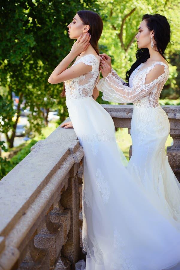 Den eleganta bröllopsalongen väntar på bruden kvinnor förbereder sig för att gifta sig Härliga bröllopsklänningar i boutique Lyck royaltyfri bild