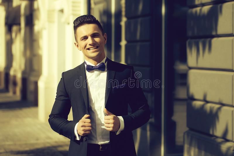 Den eleganta mannen ler utomhus- arkivbild