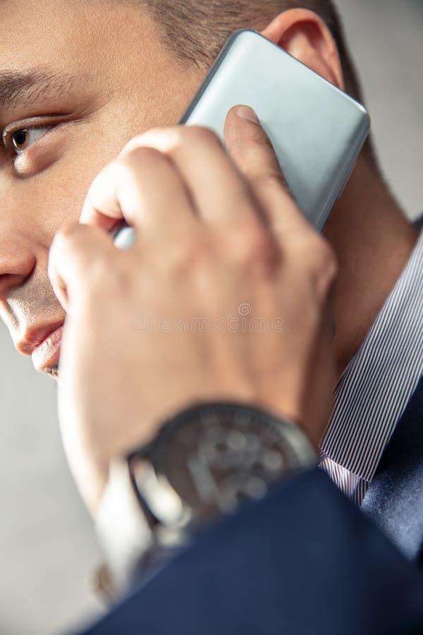 Den eleganta mannen talar på telefonen arkivbild