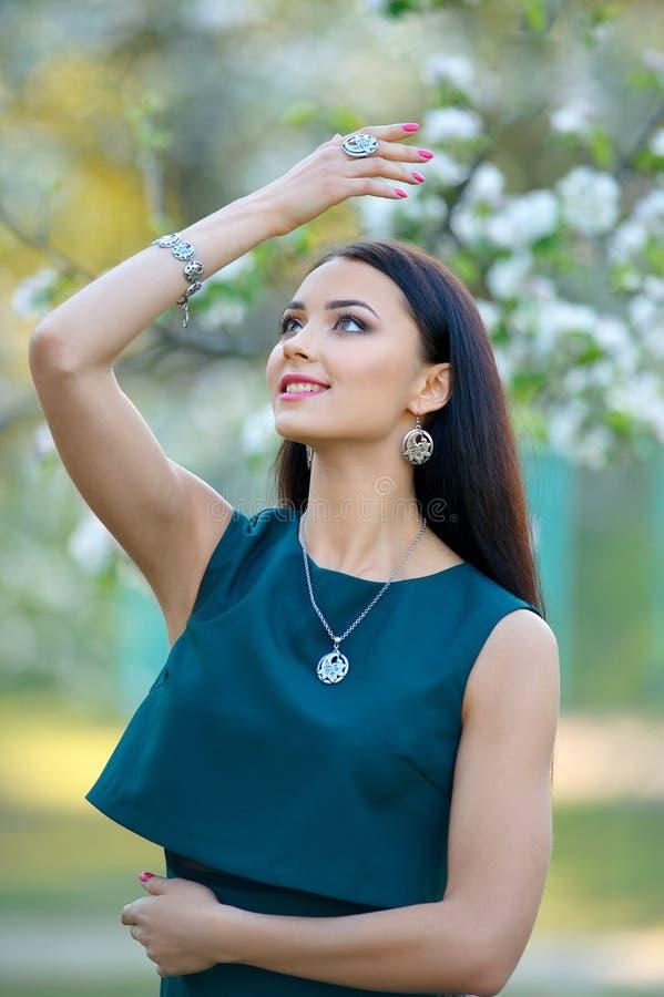 Den eleganta modemodellen poserar för vårkatalog av smycken och ac royaltyfri bild