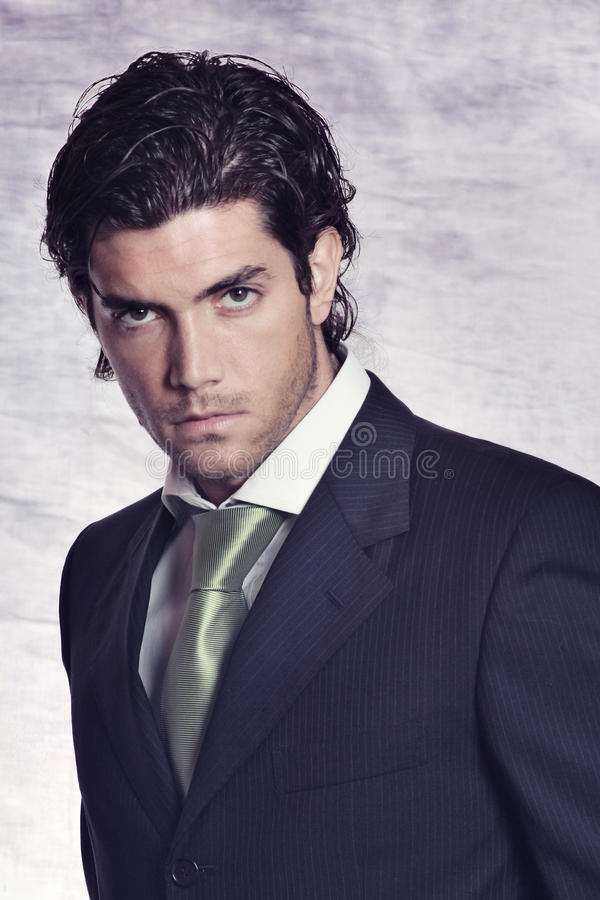 Den eleganta och stilfulla manlign modellerar i svart klänning royaltyfri bild
