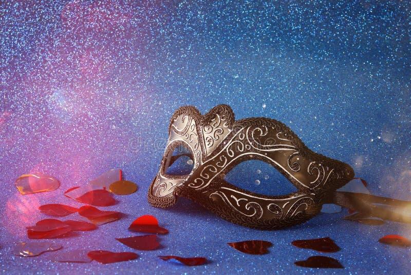 den eleganta venetian maskeringen på blått blänker bakgrund arkivbild