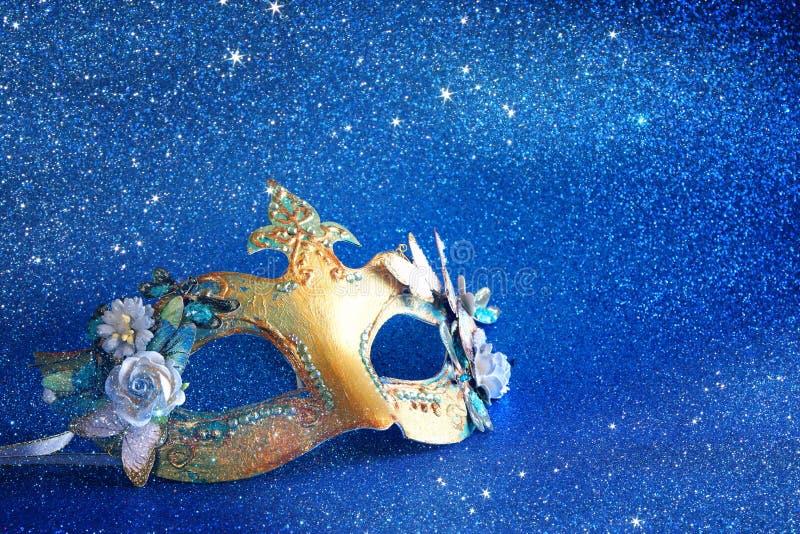 den eleganta venetian maskeringen på blått blänker bakgrund royaltyfri fotografi