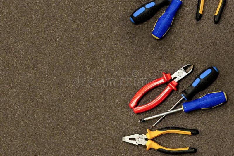 Den elektriska binda reparationen ställde in önskade pojkar för industriell blå skruvmejsel för hjälpmedeldesignkonst röda på en  arkivbilder