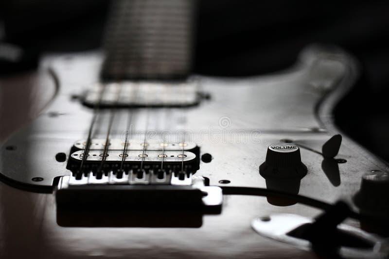 Den elektriska gitarren vaggar dygnet runt arkivfoto