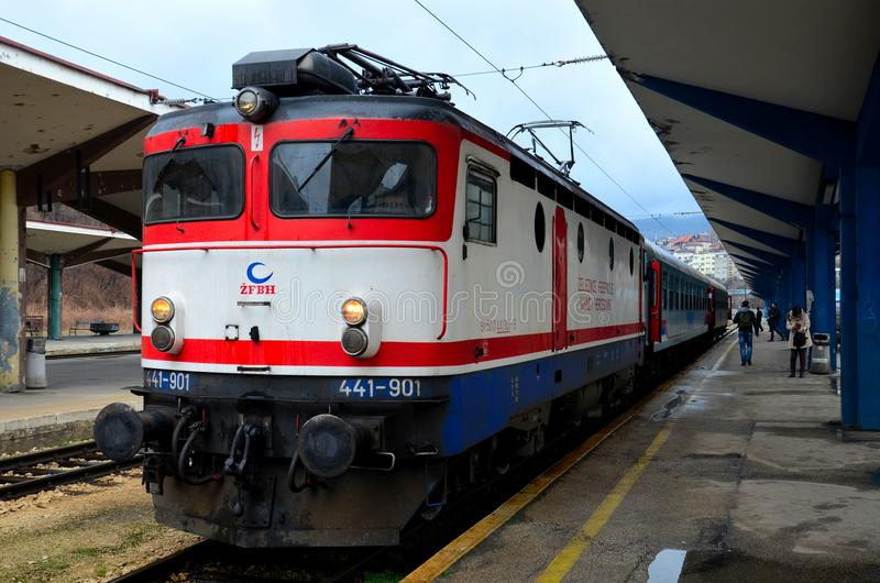 Den elektriska stånglokomotivet och drevet av bosniska järnvägar Sarajevo posterar Bosnien Hercegovina royaltyfri foto