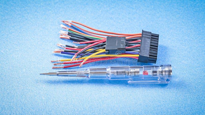 Den elektriska testeren binder på blått bakgrundselektricitetsbegrepp royaltyfri bild