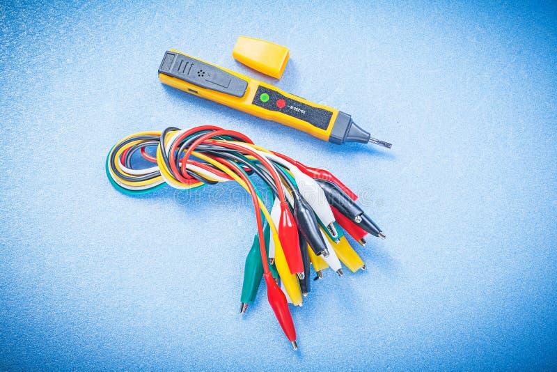 Den elektriska testerindikatorkrokodilen pluggar på blå bakgrund e royaltyfria bilder