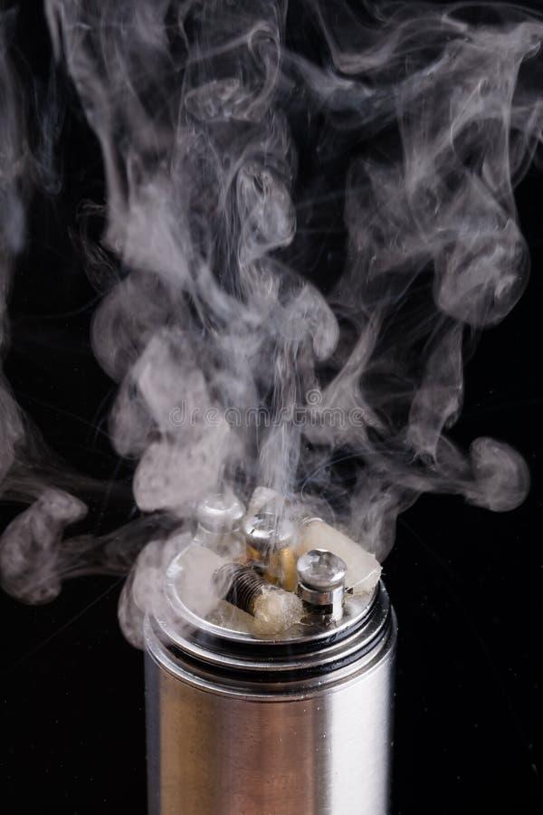 Den elektroniska cigaretten i demontera form visar hur röken arkivbilder