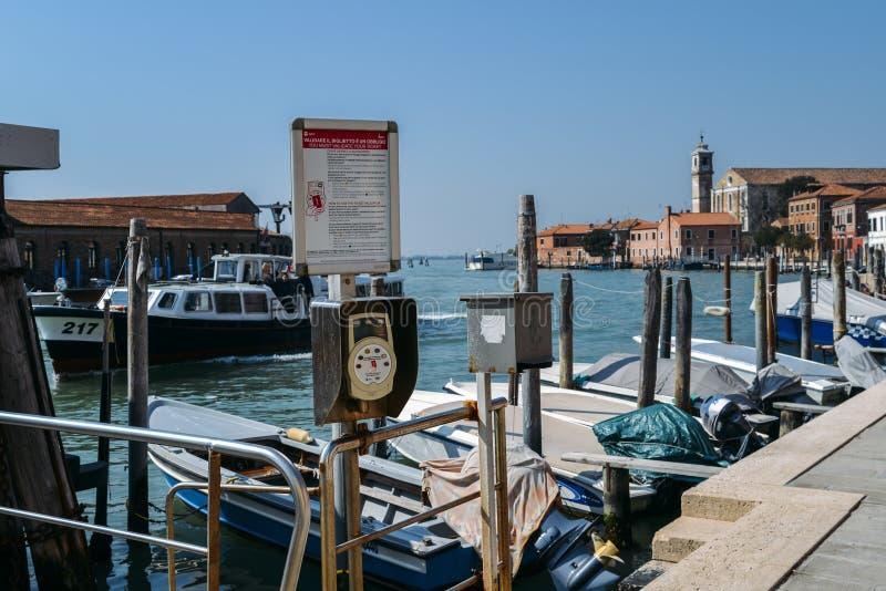 Den elektroniska maskinen för att validera ACTV-biljetter på vattenhållplatsen i Murano royaltyfri fotografi