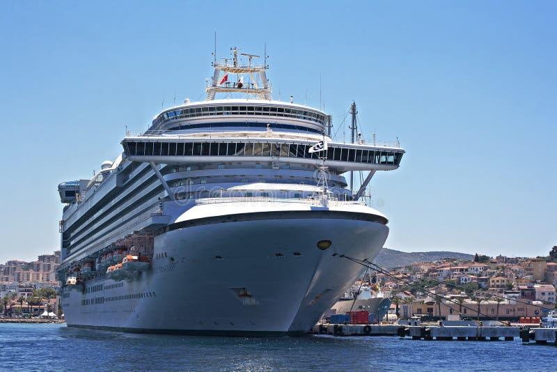 Den Emerald Princess delen av flottan för prinsessan Cruises anslöt i Kusadasi Turkiet arkivbild