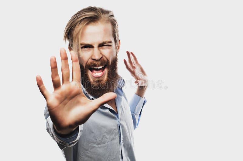 Den emotionella affärsmannen drar hans händer ifrån varandra och att uttrycka överraskning och besvikelse äganderätt för home tan arkivbild