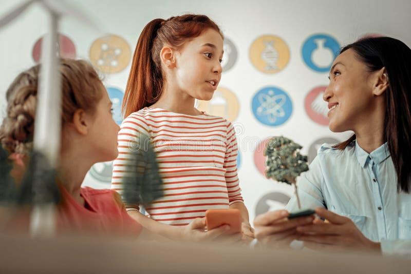 Den emotionella rödhåriga flickan som talar till hennes, handleder royaltyfri bild