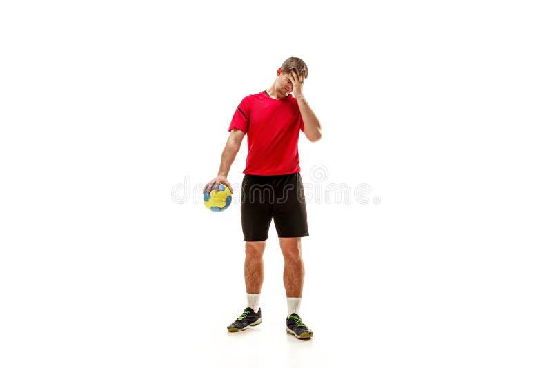 Den en caucasian unga mannen som handbollspelaren på studion på vit bakgrund royaltyfri fotografi