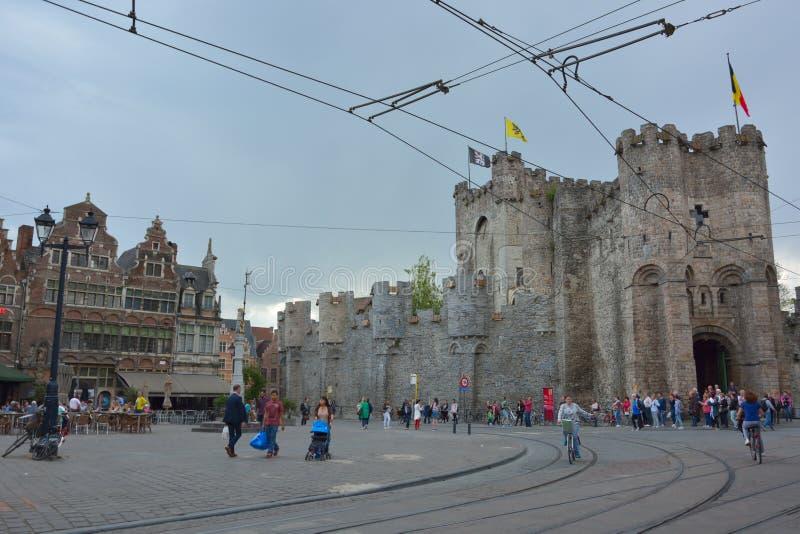 Den enda fortleva medeltida fästningen i Flanders: Gravensteen namn av slottreflextionen i vatten royaltyfri bild